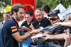 Jean-Eric Vergne, Scuderia Toro Rosso taraftarlar için imza dağıtıyor