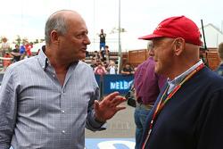 Ron Dennis, Presidente Ejecutivo de McLaren con Niki Lauda, Mercedes no - Presidente Ejecutivo