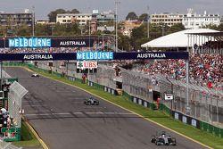 Nico Rosberg, Mercedes AMG F1 W05 ve takım arkadaşı Lewis Hamilton, Mercedes AMG F1 W05