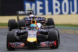 Sebastian Vettel, Red Bull Racing RB10 ve Kevin Magnussen, McLaren MP4-29
