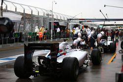 Valtteri Bottas, Williams FW36, wacht achter Felipe Massa totdat hij zijn pitstop kan maken