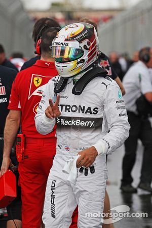 Lewis Hamilton, Mercedes AMG F1, viert zijn pole positie in parc ferme