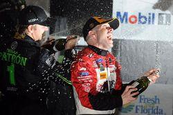 Classe P podio: il vincitore Marino Franchitti e Ryan Dalziel secondo posto