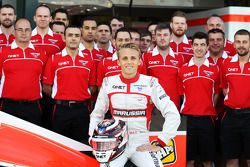 Max Chilton, Marussia F1 Team, tijdens een teamfoto