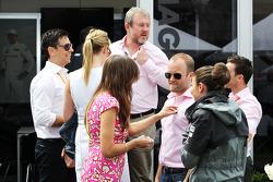 Componenti della famiglia Button family e Richard Goddard, Driver Manager, vestono di rosa in tribut