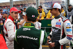 (Da sinistra a destra): Jules Bianchi, Marussia F1 Team con Kamui Kobayashi, Caterham e Esteban Guti
