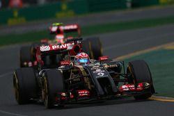 Romain Grosjean, Lotus F1 E22 devant Pastor Maldonado, Lotus F1 E21