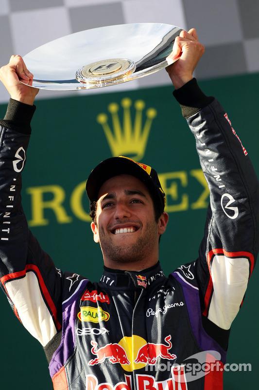 Daniel Ricciardo, Red Bull Racing podyumda ikinci sıra için kutlama yapıyor