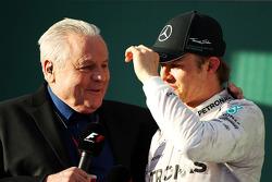 Alan Jones, entrevista a el ganador Nico Rosberg, Mercedes AMG F1 en el podio