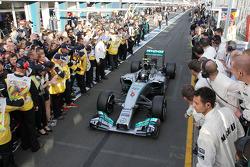 Vainqueur: Nico Rosberg, Mercedes AMG F1 W05 dans le parc fermé