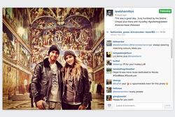 Lewis Hamilton com Nicole Scherzinger durante uma visita à Capela Sistina