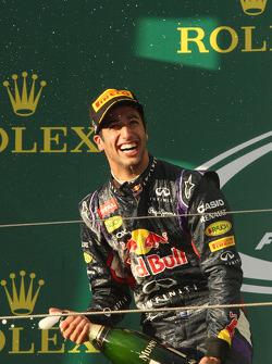 Daniel Ricciardo avec le champagne sur le podium