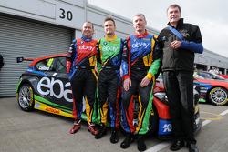 eBay Motors-trio Rob Collard, Colin Turkington en Nick Foster met teambaas Dick Bennetts