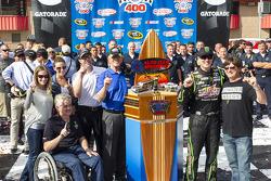 Il vincitore della gara Kyle Busch su Toyota del team Joe Gibbs Racing