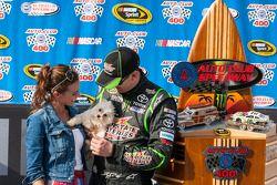 Vencedor da corrida Kyle Busch, Joe Gibbs Racing Toyota com esposa Samantha e seu cachorro