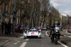 Tom Kristensen dirige o Audi R18 e-tron quattro nas ruas de Le Mans