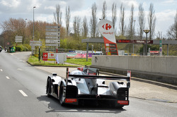 Tom Kristensen pilote l'Audi R18 e-tron quattro dans les rues du Mans