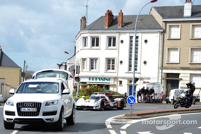 Tom Kristensen guida la Audi R18 e-tron quattro per le vie del centro di Le Mans
