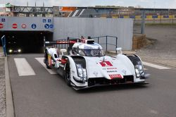 Tom Kristensen chegado no 24 Hours of Le Mans circuit com o Audi R18 e-tron quattro