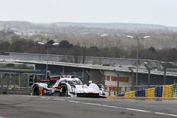 Tom Kristensen pilote l'Audi R18 e-tron quattro sur le circuit Bugatti