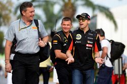 Mario Isola, Pirelli, Renndoektor; Pastor Maldonado, Lotus F1 Team