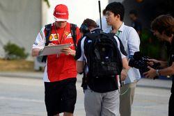 Kimi Räikkönen, Ferrari; schreibt Autogramme