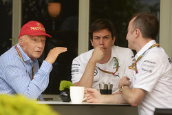 (Soldan Sağa): Niki Lauda, Mercedes Fahri Başkanı ve Toto Wolff, Mercedes AMG F1 Hissedarı ve Genel Müdürü ve Paddy Lowe, Mercedes AMG F1 Genel Müdürü