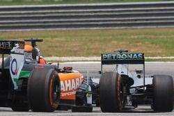 Lewis Hamilton, Mercedes AMG F1 W05 y Nico Hulkenberg, Sahara Force India F1 VJM07