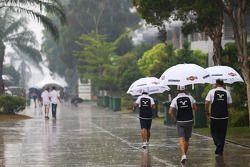 Valtteri Bottas dans un paddock pluvieux
