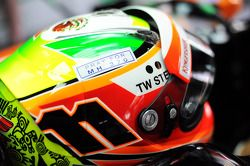 Helm von Sergio Perez, Sahara Force India F1, mit Tribut an Flug MH370