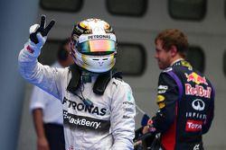 Ganador de la pole Lewis Hamilton, Mercedes AMG F1 y el segundo puesto de Sebastian Vettel, Red Bull