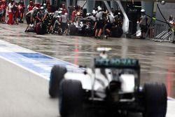 Nico Rosberg, Mercedes AMG F1 W05 y Lewis Hamilton, Mercedes AMG F1 W05 pit stop
