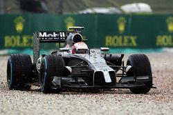 Kevin Magnussen, McLaren MP4-29 son virajı genişten alıyor