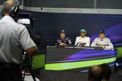 Sebastian Vettel, Red Bull Racing, segundo; Lewis Hamilton, Mercedes AMG F1, pole position; Nico Rosberg, Mercedes AMG F1 tercero  en la conferencia de prensa de la FIA