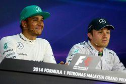 Lewis Hamilton, Mercedes AMG F1, pole position; Nico Rosberg, Mercedes AMG F1 tercero en la confere