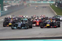 Rennstart: Nico Rosberg, Mercedes AMG F1 W05; Sebastian Vettel, Red Bull Racing RB10