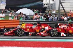 Rennstart: Daniel Ricciardo, Red Bull Racing RB10; Fernando Alonso, Ferrari F14-T; Kimi Räikkönen, F