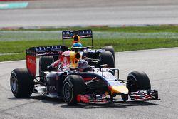 Daniel Ricciardo mène devant Sebastian Vettel