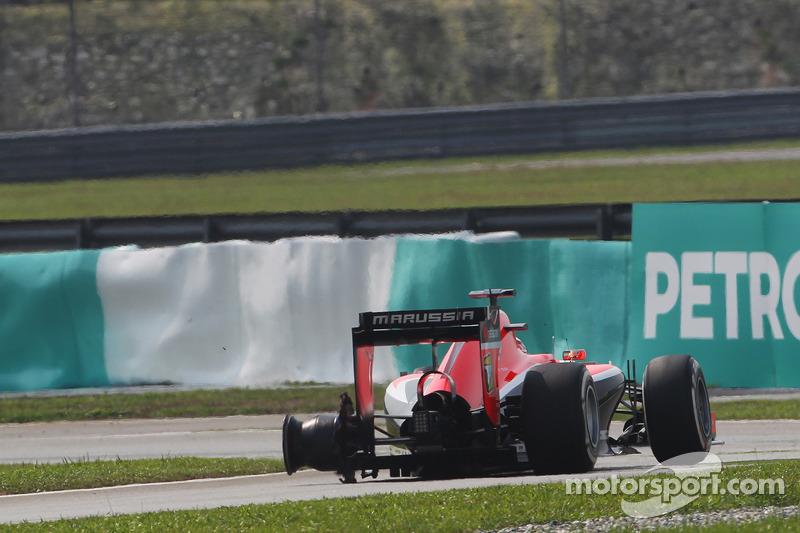 Jules Bianchi, Marussia F1 Takımı MR03 patlak lastikle pite dönüyor