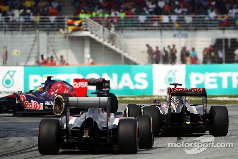 Daniil Kvyat, Scuderia Toro Rosso STR9 leads Romain Grosjean, Lotus F1 E22 and Adrian Sutil, Sauber C33