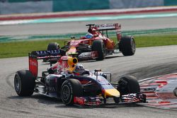 Daniel Ricciardo, Red Bull Racing RB10; Fernando Alonso, Ferrari F14-T