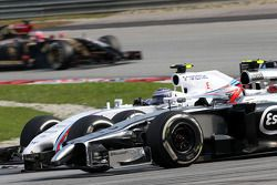 Kevin Magnussen (DEN), McLaren F1 y Valtteri Bottas (FIN), Williams F1 Team 30