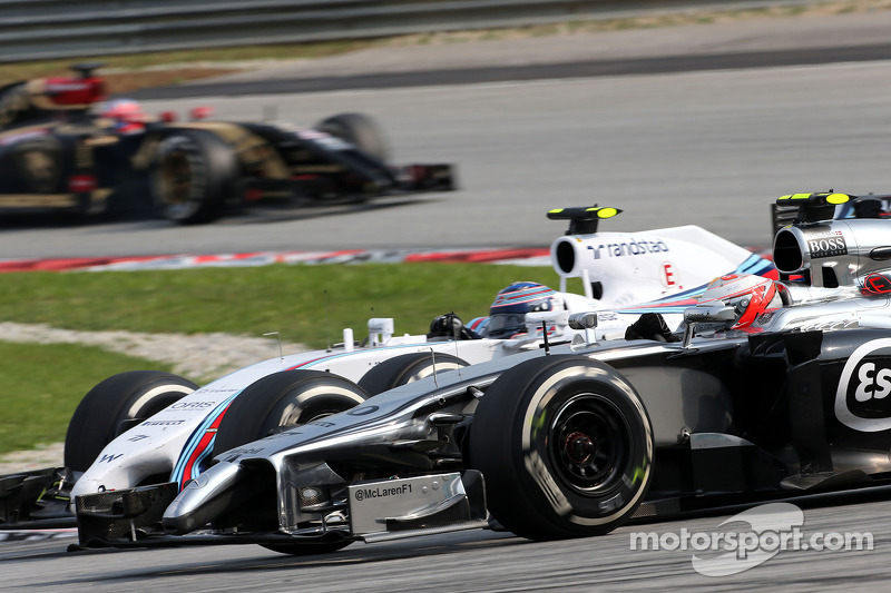 Kevin Magnussen (DEN), McLaren F1; Valtteri Bottas (FIN), Williams F1 Team 30