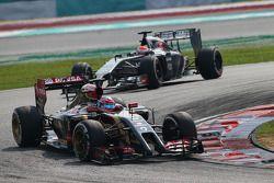 罗曼·格罗斯让,路特斯F1赛车E22,领先于阿德里安·苏蒂尔, 索伯C33赛车