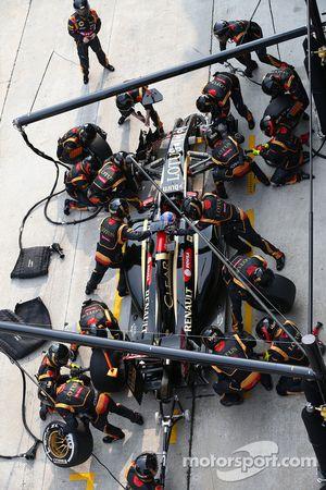 Romain Grosjean, Lotus F1 E22 pit stop
