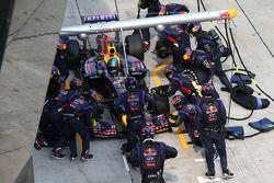 Sebastian Vettel, Red Bull Racing RB10 pit stop