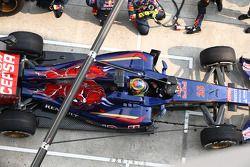 Jean-Eric Vergne, Scuderia Toro Rosso STR9 pit stop
