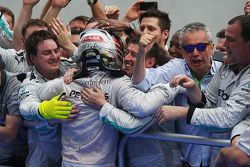 Race winner Lewis Hamilton, Mercedes AMG F1 celebrates with the team in parc ferme