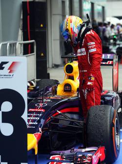 法拉利车队的费尔南多·阿隆索在待检区向红牛车队车手塞巴斯蒂安·维特尔的RB10赛车观望