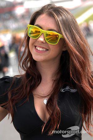 Crabbies Racing grid kızı